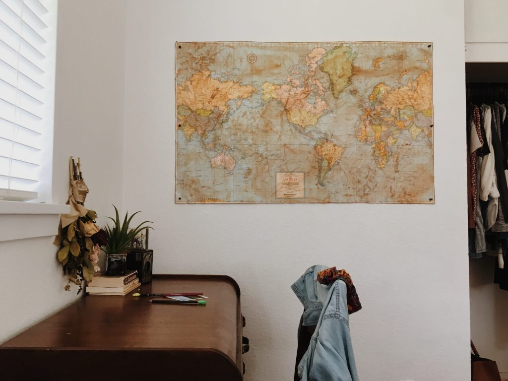ポスターの貼られた部屋